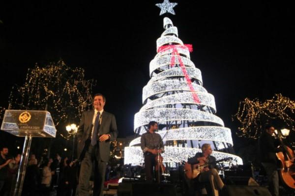 Το twitter «γλεντάει» τον Χριστουγεννιάτικο στολισμό της Αθήνας: «Το βράδυ κούκλα, την ημέρα πανούκλα»