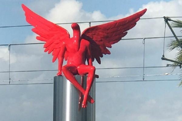 Παλαιό Φάληρο: Πανικό έχει προκαλέσει το γλυπτό «Φύλακας Άγγελος» που βρέθηκε ξαφνικά στην περιοχή!
