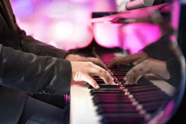 Έγινε viral παίζοντας ξαφνικά πιάνο μέσα σε εμπορικό κέντρο! Έμειναν όλοι έκπληκτοι μόλις τον άκουσαν!