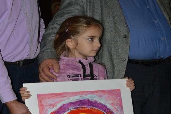 Της αξίζουν πολλά συγχαρητήρια: Αριστούχα 5χρονη κέρδισε διαγωνισμό ζωγραφικής για τα Χριστούγεννα!