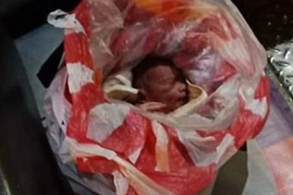 Σοκαριστικό βίντεο: Περαστικοί σώζουν νεογέννητο που εγκαταλείφθηκε τυλιγμένο σε πλαστικές σακούλες!