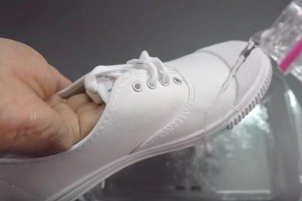Ένα απίστευτο κόλπο: Κάντε τα παπούτσια σας αδιάβροχα σε λιγότερο από ένα λεπτό! (video)