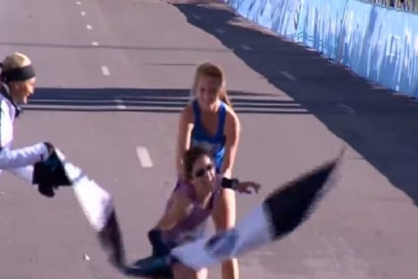 Θα σας συγκινήσει: Ο συγκλονιστικός τερματισμός αθλήτριας σε μαραθώνιο! (Video)
