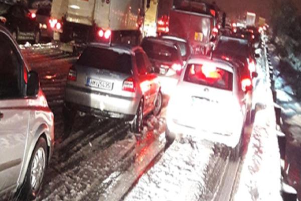 Χιλιάδες άνθρωποι εγκλωβισμένοι στην εθνική οδό επί τέσσερις ώρες! - Μποτιλιάρισμα 14 χιλιομέτρων λόγω του χιονιού!