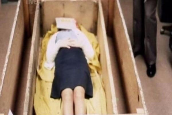 Την κρατούσαν σε φέρετρο ζωντανή για 7 χρόνια!