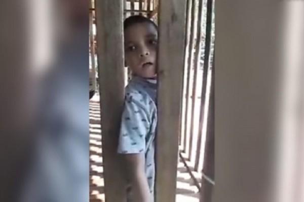 Βίντεο σοκ: Πατέρας κλειδώνει το γιο του σε κλουβί!