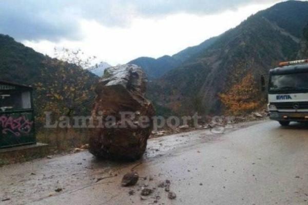 Πτώση τεράστιου βράχου σε δρόμο της Ευρυτανίας!