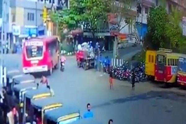 Συγκλονιστικό βίντεο: Τον πάτησε λεωφορείο και σώθηκε από θαύμα!