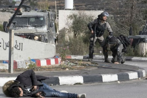 Η στιγμή που Ισραηλινοί στρατιώτες πυροβολούν Παλαιστίνιο ζωσμένο με εκρηκτικά!