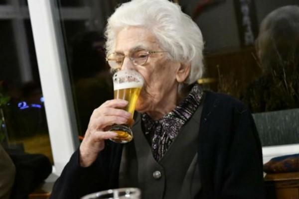 97χρονη πίνει 15 ποτήρια μπύρας καθημερινά!