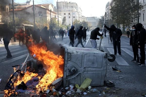Επεισόδια στην μαθητική πορεία για την επέτειο του Γρηγορόπουλου - Κουκουλοφόροι διαλύουν το κέντρο της Αθήνας! (Photo)