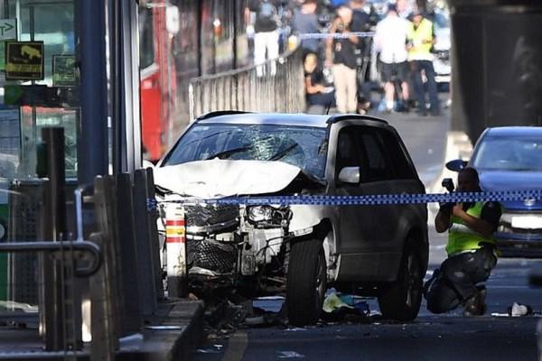 Βίντεο-σοκ: Η στιγμή που το αυτοκίνητο παρασύρει το πλήθος στην Μελβούρνη