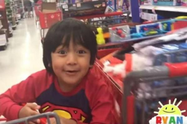 6χρονος έβγαλε 11 εκατ. δολάρια παίζοντας στο  Youtube !