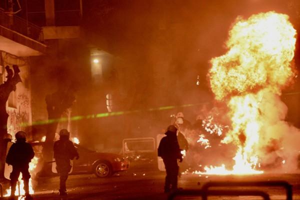 Τα έσπασαν όλα σε Αθήνα και Θεσσαλονίκη για τον Γρηγορόπουλο και η αστυνομία... απλός παρατηρητής! (Photos+video)
