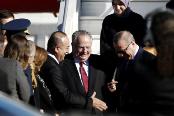 Επικό: Ο Κοτζιάς υποδέχθηκε τον Ερντογάν με γράβατα που του έκανε δώρο ο Τούρκος πρόεδρος (video)