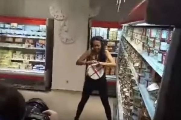 Γυμνόστηθη ακτιβίστρια «τα σπάει» σε ζαχαροπλαστείο ιδιοκτησίας του προέδρου της χώρας (Photos+video)