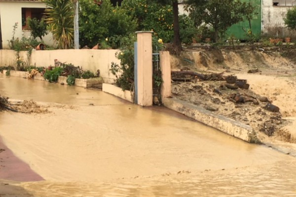 Δύσκολη νύχτα στην Ηπειρο: Εγκλωβίστηκαν άνθρωποι σε πλημμυρισμένα σπίτια -Στο 1 μ. έφτασε το νερό (Photos)