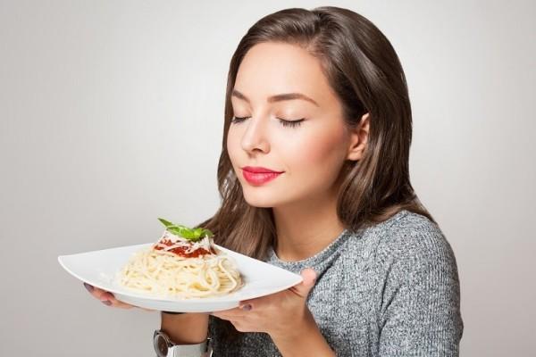 Δυσκολεύεσαι να χάσεις κιλά; - 6 βραδινές συνήθειες που σαμποτάρουν το αδυνάτισμα!