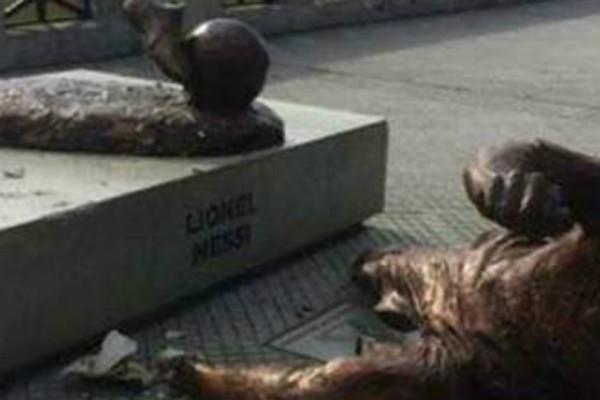 Σοκ: Βανδάλισαν άγαλμα του Μέσι στο Μπουένος Αϊρες (Photo)