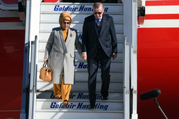 Με ψηλοτάκουνα και κατακίτρινο σύνολο η Εμινέ στην Ελλάδα- Το είχε ξαναφορέσει με την... Λίντσεϊ Λόχαν (Photos)