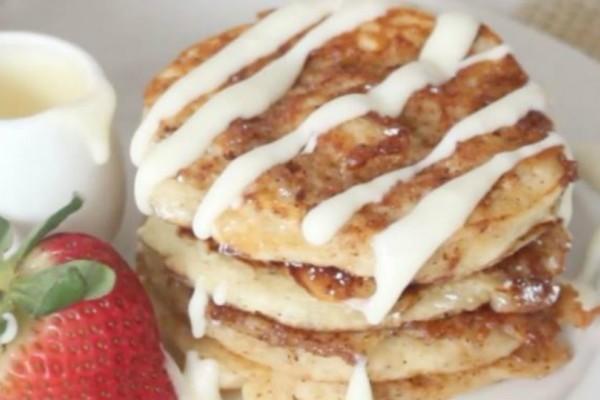 Λαχταριστά cinnamon roll pancakes με κρέμα τυριού  (video)