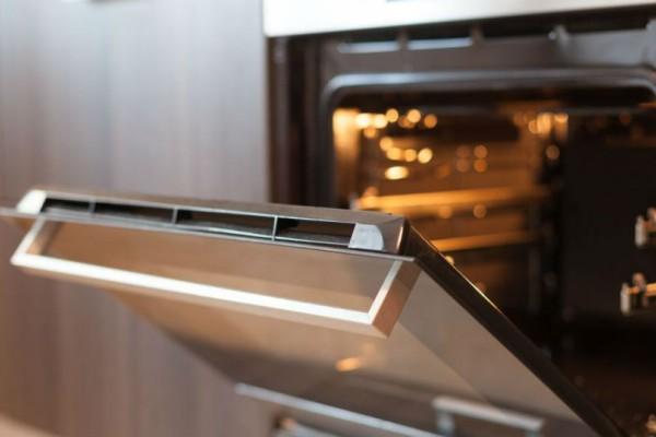 Το πανεύκολο κόλπο για να καθαρίσεις την πόρτα του φούρνου χωρίς τρίψιμο!
