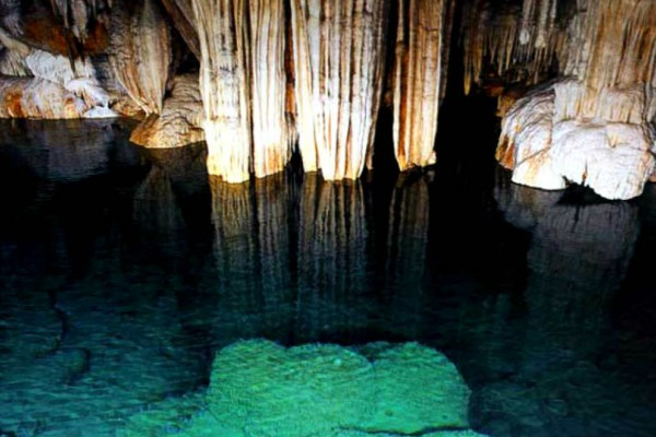 Το Ελληνικό σπήλαιο με τις 13 αλλεπάλληλες κλιμακωτές λίμνες του το καθιστούν μοναδικό!
