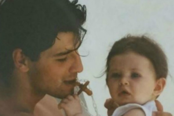 Αναγνωρίζετε το κοριτσάκι στην αγκαλιά του Σάκη Ρουβά; Είναι κόρη πασίγνωστης ηθοποιού (Photos)