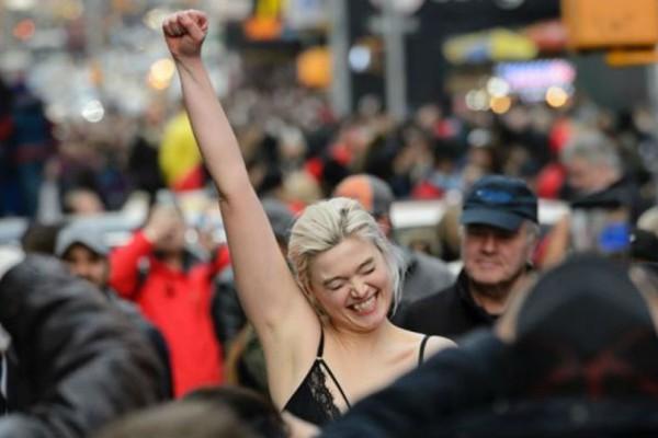 Ημίγυμνη πασαρέλα από ακτιβίστριες στη Νέα Υόρκη! Έγινε χαμός (photo)