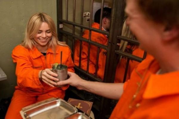 Τρομερό: Δείτε σε ποια πόλη άνοιξαν μπαρ-φυλακή! (video)