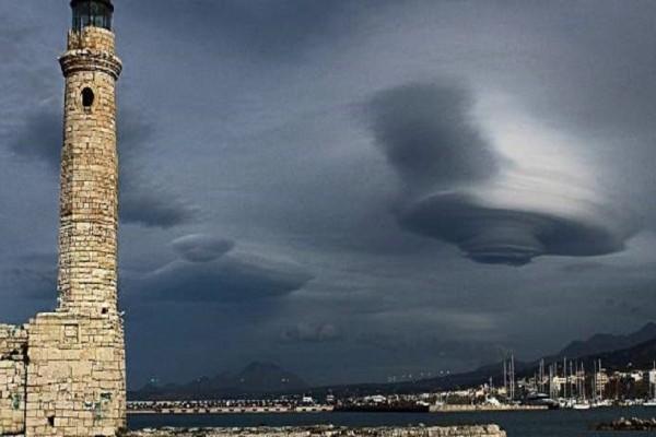 Εντυπωσιακές εικόνες: Σύννεφο σαν ιπτάμενος δίσκος πάνω από την πόλη του Ρεθύμνου!