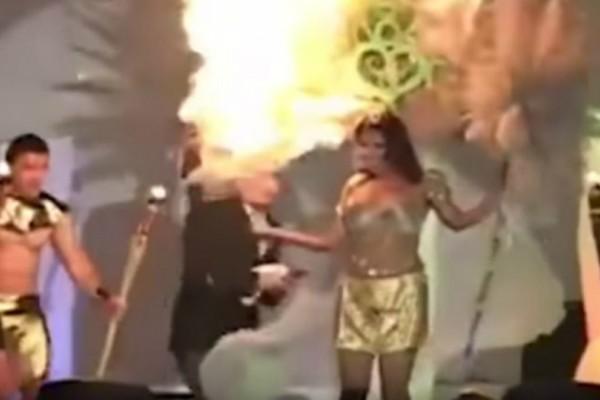 Μην σου τύχει: Μοντέλο που φορούσε πούπουλα πήρε φωτιά πάνω στην σκηνή (video)