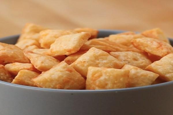 Φτιάξτε πεντανόστιμα σπιτικά κρακεράκια τυριού! - Θα σας ξετρελάνουν!