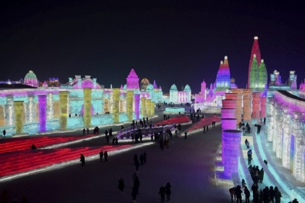 Άκρως εντυπωσιακό: Δείτε εικόνες από το φεστιβάλ γλυπτών πάγου στην Κίνα! (Video)