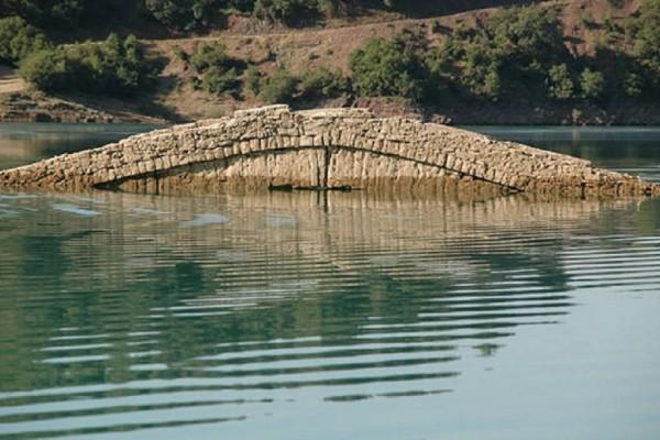 Ένα περίεργο φαινόμενο; - Το γεφύρι στο Καρπενήσι που εμφανίζεται και... εξαφανίζεται ανάλογα με τον καιρό! (Video)