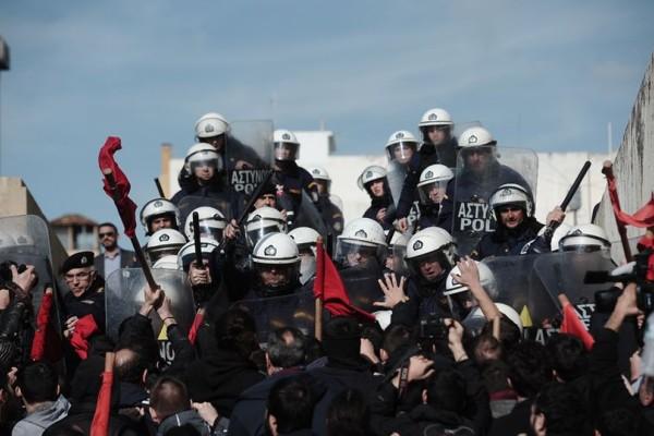 Σοβαρά επεισόδια στο κέντρο της Αθήνας! Χρήση χημικών έξω από την Βουλή (photos+video)