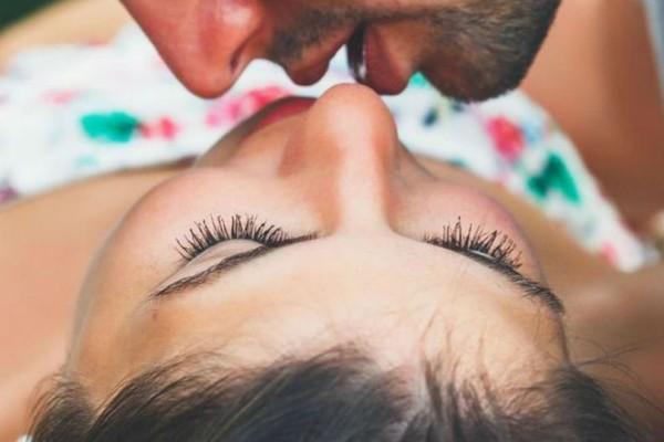 Το ήξερες; Γιατί φιλάμε τον σύντροφο μας με γλώσσα;