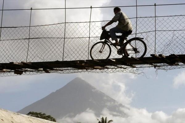 Η φωτογραφία της ημέρας: Εντυπωσιακές εικόνες προσφέρει το ηφαίστειο Μαγιόν στις Φιλιππίνες!