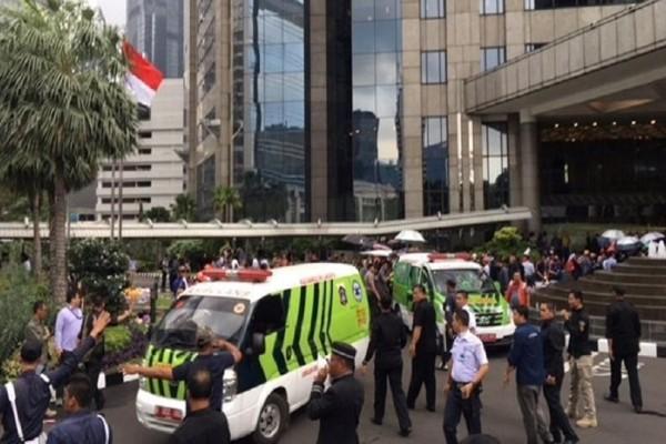 Εικόνες που σοκάρουν: Κατέρρευσε ο δεύτερος όροφος του Χρηματιστηρίου στην Ινδονησία!