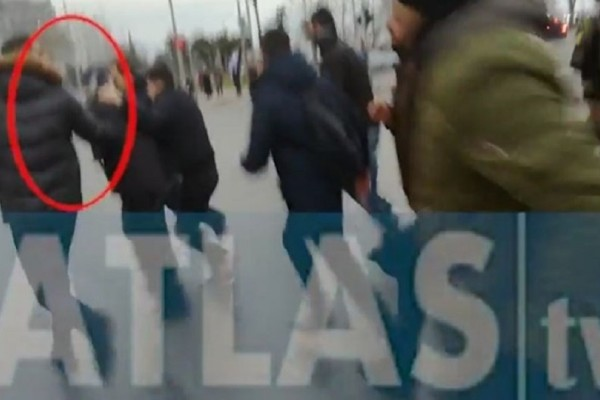 Συλλαλητήριο στην Θεσσαλονίκη: Καρέ καρέ η στιγμή που χτυπάνε και βρίζουν χυδαία τον Κώστα Ζουράρι (Video)