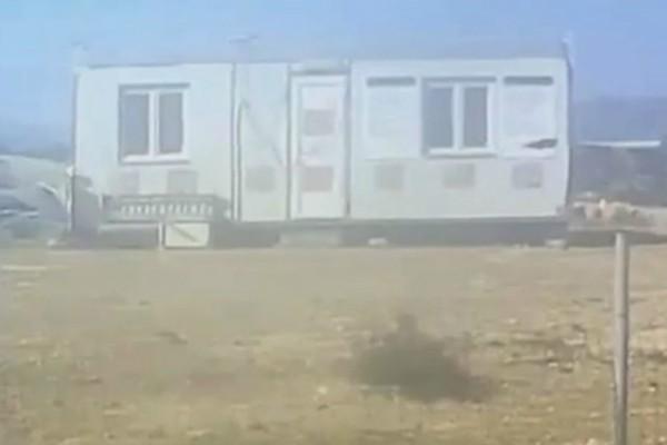 Απίστευτο βίντεο: Η στιγμή που οι ισχυροί άνεμοι στην Κρήτη τουμπάρουν λυόμενη αποθήκη!