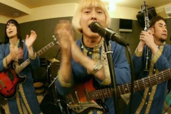 Έπος: Ιαπωνική μπάντα απογειώνει το «Μελαχρινάκι»  και χορεύει τσιφτετέλι (video)