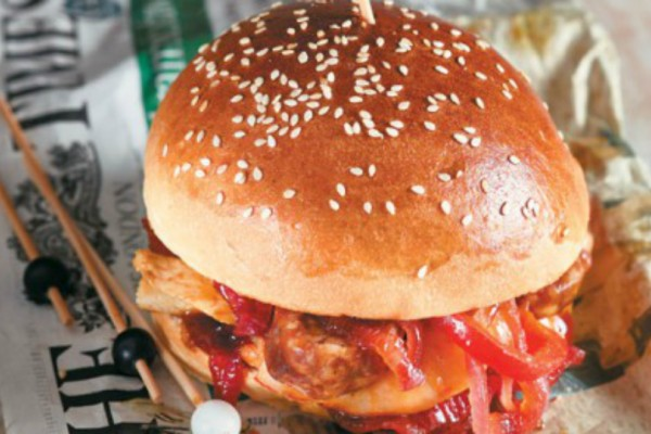Burger με κοτόπουλο, λουκάνικο και γαρίδες!