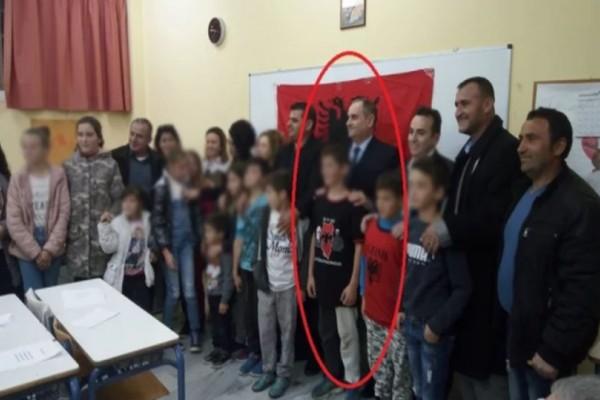 Σάλος στην Κρήτη: Μπλουζάκι με τον χάρτη της «Μεγάλης Αλβανίας» φορούσε μαθητής στα εγκαίνια αλβανικού σχολείου!