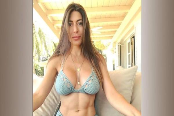 Φλορίντα Πετρουτσέλι: Τα γυμνά της παρουσιάστριας και οι φωτογραφίες που προδίδουν τις πλαστικές στο πρόσωπό της