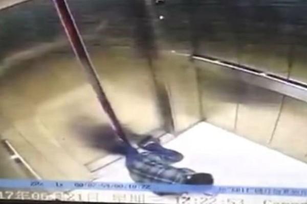 Σοκ!  Χάζευε το κινητό της, σκόνταψε και της κόπηκε το πόδι! (βίντεο)