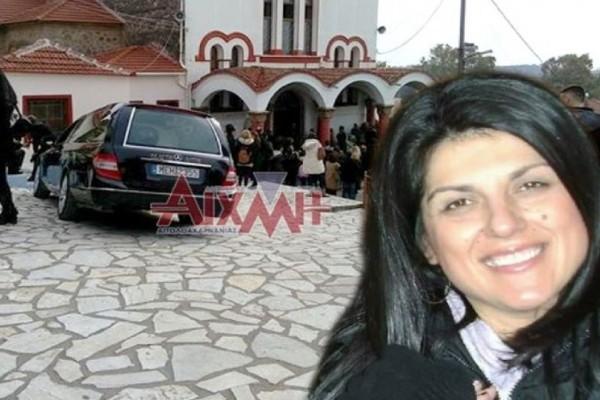 Σπαράζουν καρδιές στην κηδεία της 44χρονης από το Μεσολόγγι! Τραγικές φιγούρες τα 3 της παιδιά! (photos)