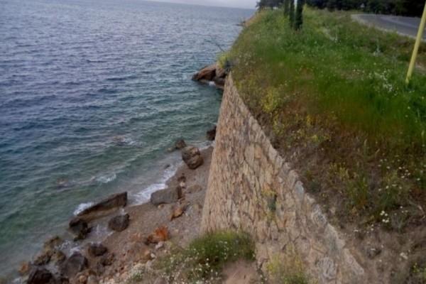 Αυτοκτονία - σοκ στον Βόλο: Έδεσε καλώδιο στο λαιμό του και στο μηχανάκι και έκανε «βουτιά» θανάτου από γκρεμό πέφτοντας στη θάλασσα!