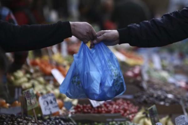 Έπος το Τwitter γλεντάει την πλαστική σακούλα: «Φιλαράκι θα μου δώσεις 3 λεπτά να πάρω μια #πλαστική_σακούλα;»