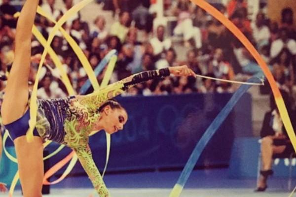 DWTS: Η Ολυμπιονίκης ρυθμικής γυμναστικής με τα ανοίγματα και το κορμί λαμπάδα που κάνει το παρκέ να καίει